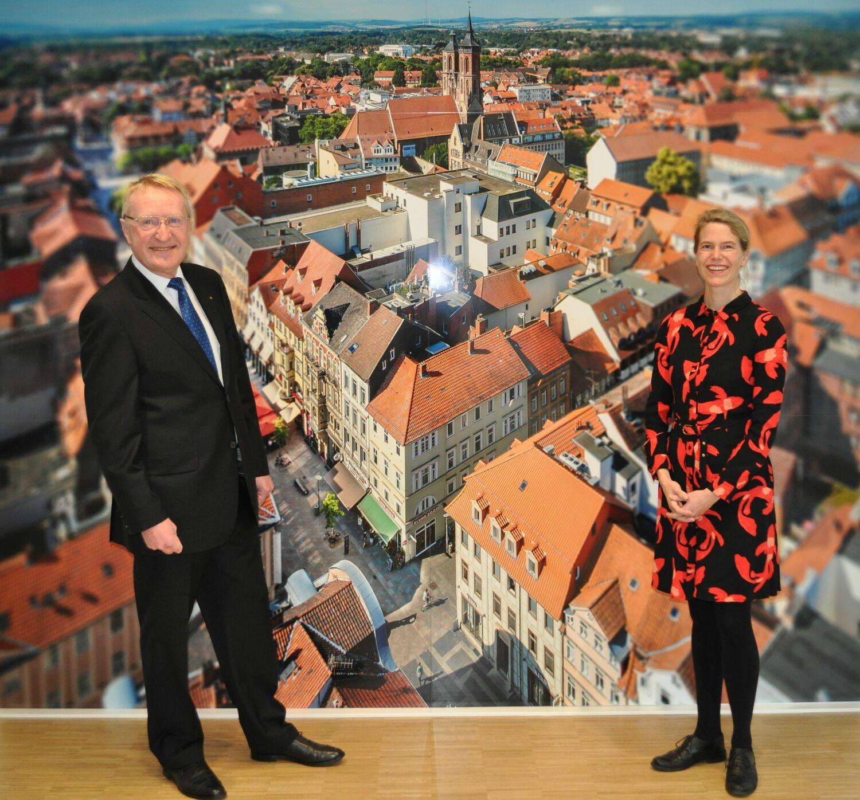 Die Summe kam zusammen, als sich Martin Schmitt (links), bis 31. Juli 2020 Vorstandsvorsitzender der Volksbank Kassel Göttingen, in diesem Sommer in den Ruhestand verabschiedete. Rechts Katharina Kastendieck, Leiterin der Stabsstelle Kooperation und Innovation der Universität Göttingen.