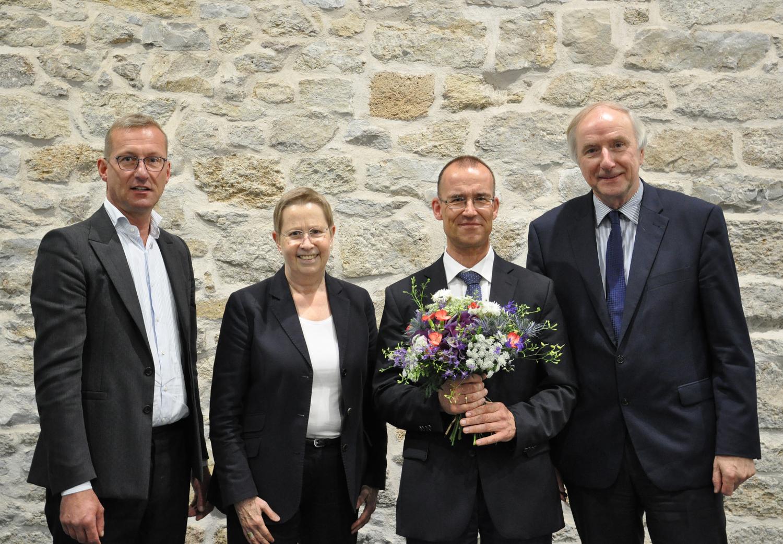 Freude über die Wiederwahl von Vizepräsident Prof. Dr. Norbert Lossau (Zweiter von rechts): Prof. Dr. Nicolai Miosge, Prof. Dr. Ulrike Beisiegel und Dr. Wilhelm Krull (von links).