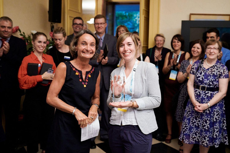 """Auszeichnung für Engagement in internationaler Expertengruppe: Dr. Tanja Reiffenrath (vorne rechts) erhält den """"Rising Star Award"""" der EAIE."""