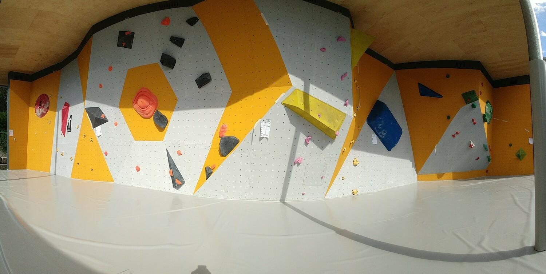 Viereinhalb Meter hoch, 200 Quadratmeter Kletterfläche: die neue Außenboulderwand des Hochschulsports.