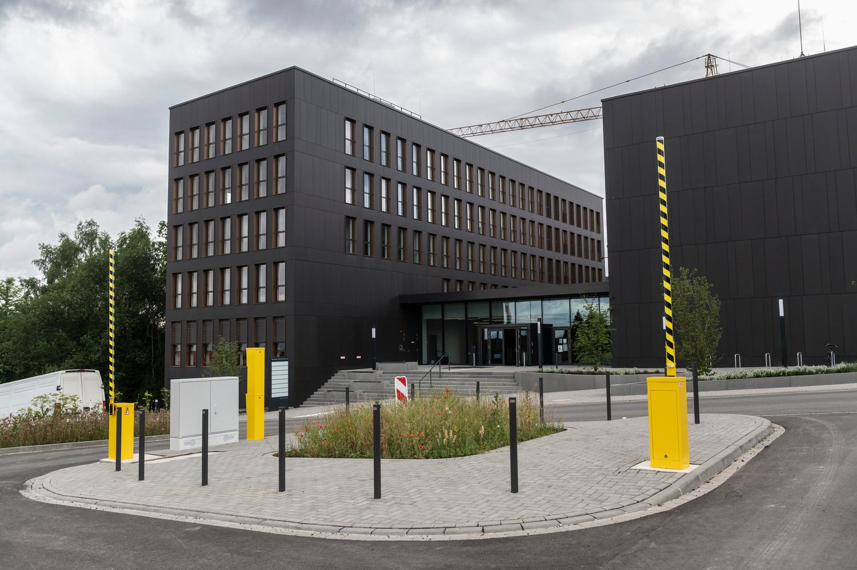 Die Universität Göttingen hat ihr derzeit größtes Neubauprojekt den künftigen Nutzerinnen und Nutzern übergeben: Nach einer symbolischen Schlüsselübergabe zieht nun die Gesellschaft für wissenschaftliche Datenverarbeitung mbH Göttingen (GWDG) auf dem Nordcampus in das neue gemeinsame Rechenzentrum für den Wissenschaftsstandort Göttingen ein.