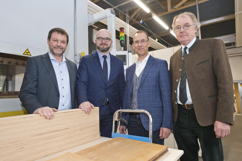 Eröffnung des Forschungszentrums Innovative Laubholzprodukte (FIL): Prof. Dr. Holger Militz, Rüdiger Eichel, Prof. Dr. Norbert Lossau und Dekan Prof. Dr. Bernhard Möhring (von links).