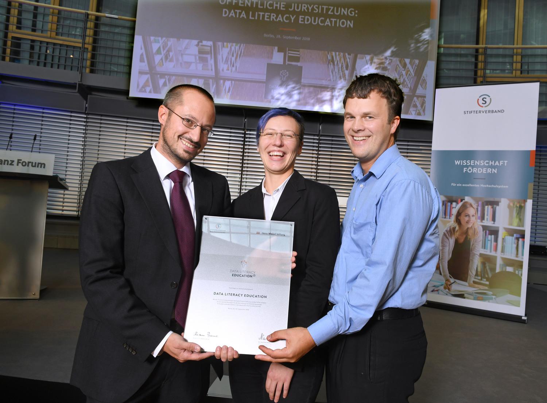 Preisverleihung in Berlin: Prof. Dr. Thomas Kneib, Jana Lasser und Dr. Wolfgang Radenbach von der Universität Göttingen (von links).