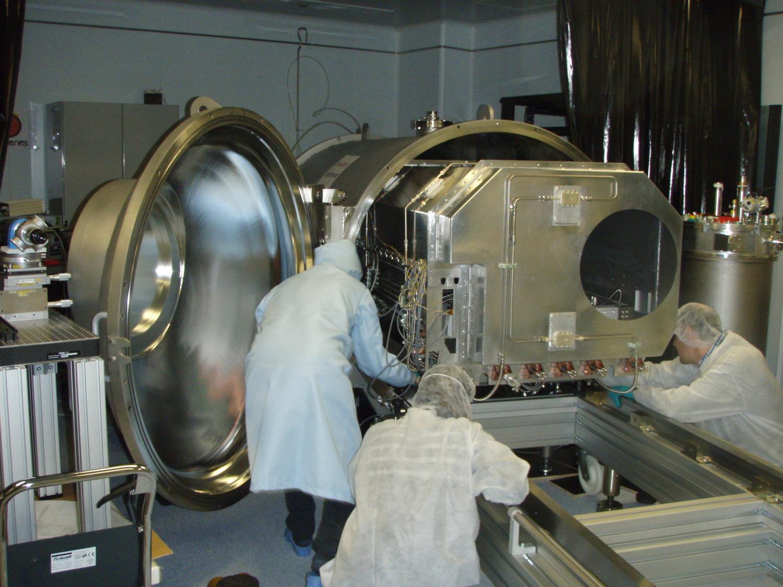 CARMENES Nah-Infrarot-Arm, der im Instrumentenraum der Calar Alto Sternwarte montiert ist. Der Spektrographendetektor muss sich in einer kryogenen Vakuumkammer mit stabilen Druck- und Temperaturbedingungen befinden.