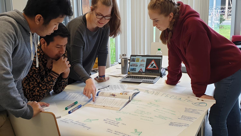 Am Anfang des Projekts stand die Vorbereitung: In mehreren Workshops setzten sich die Studierenden mit den Anforderungen der beruflichen Kommunikation, mit konkreten Berufsfeldern und den didaktisch-methodischen Herausforderungen auseinander, die auf sie zukommen würden. Im Projektteam entwickelten sie gemeinsam Ideen, wie sich die fachlichen Inhalte in den Sprachunterricht integrieren und der Lernprozess zielgruppenspezifisch und bedarfsorientiert gestalten ließen.