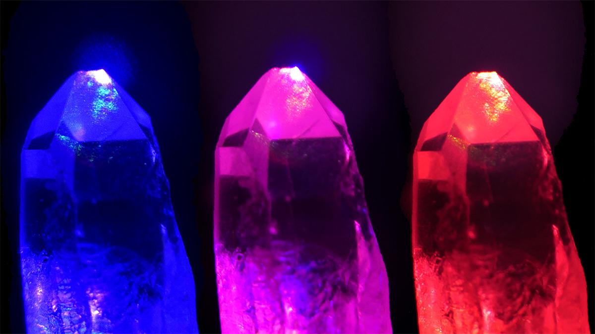 Aufnahme von Quarzkristallen unter Beleuchtung mit starken Laserfeldern verschiedener Lichtfarben (rot und blau) und deren Summe (Mitte).
